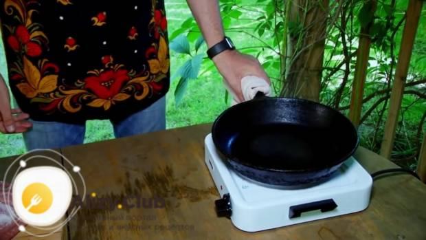 Сковороду ставим на плиту