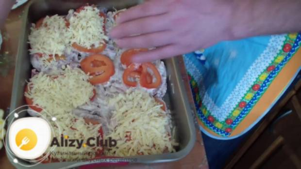 Мясо и помидоры сверху притрушиваем 155 граммами тёртого сыра