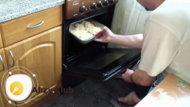 Ставим противень в разогретую до 180 градусов духовку