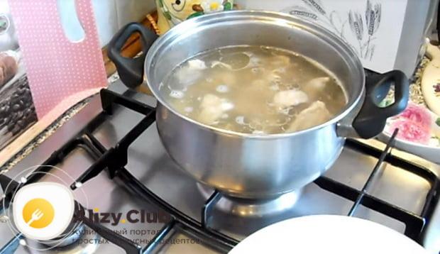 кладем мясо в кипящую воду