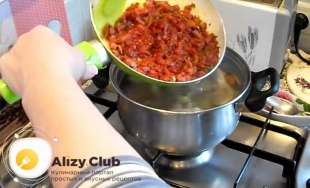 в кастрюлю отправляем обжаренные овощи с колбасками