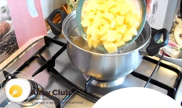 в бульон выкладываем картофель