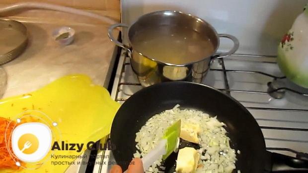 Для приготовления вкусного супа со свинины. приготовьте зажарку.