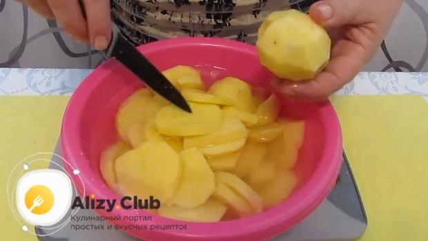 Для приготовления супа бозбаш из говядины, нарежьте картофель.