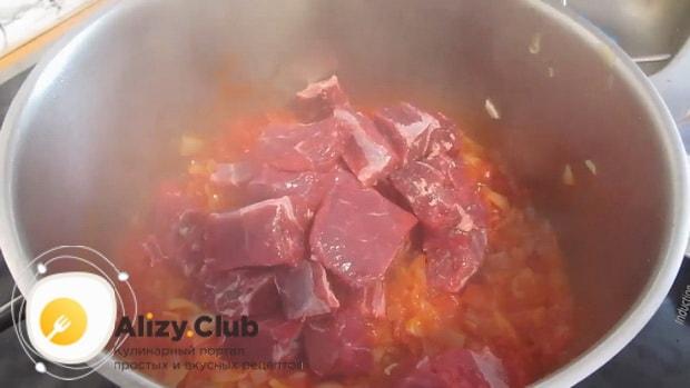 Для приготовления супа бозбаш из говядины, положите в кастрюлю мясо.