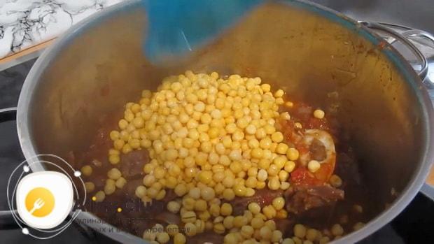 Для приготовления супа бозбаш из говядины, положте в кастрюлю нут.