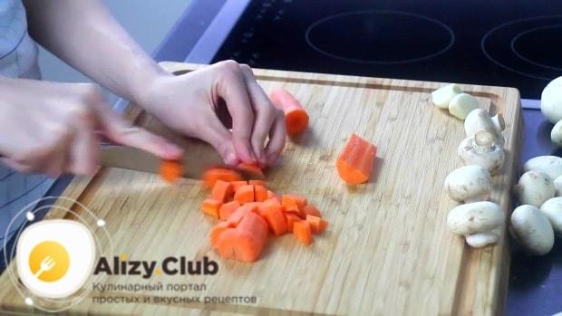 Одну морковь шинкуем четвертинками