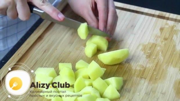 Восемь картофелин нарезаем кубиками