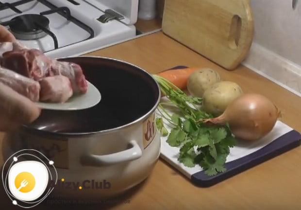 Прдлагаем приготовить вкусный суп из баранины с картошкой по простому рецепту.