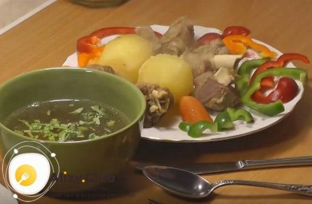 Такой вкусный суп из баранины подаем, наливая отдельно в пиалу бульон, а овощи и мясо выкладывая на большое блюдо.