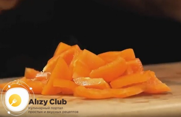 Небольшими кусочками нарезаем очищенный болгарский перец.
