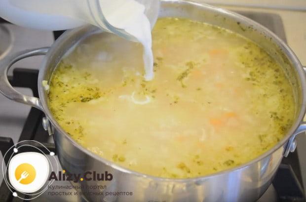 Вводим в суп теплые сливки.