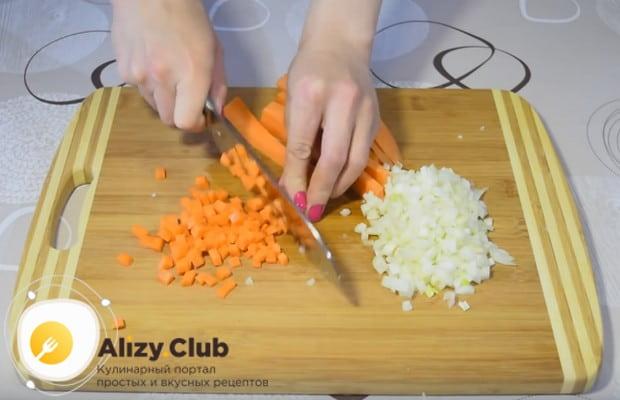 Мелким кубиком нарезаем морковь, измельчаем лук.