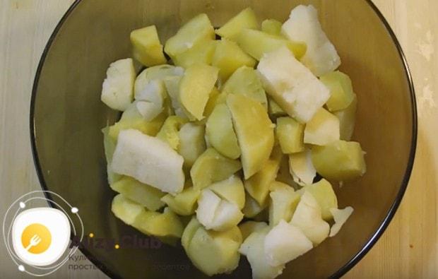 Нарезаем кусочками отваренный картофель.