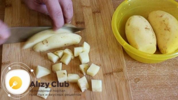 Нарезаем всю картошку средним кубиком