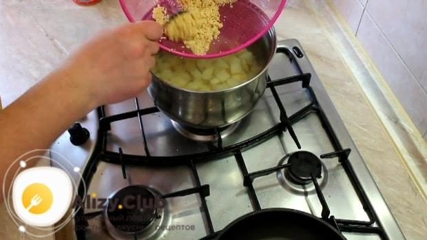Добавляем в кастрюлю с картофелем пшено