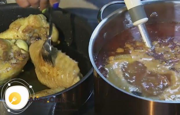 Со сковороды переправляем в кастрюлю с супом крылья.