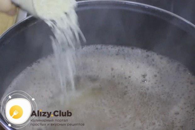 В бульон добавляем рис.