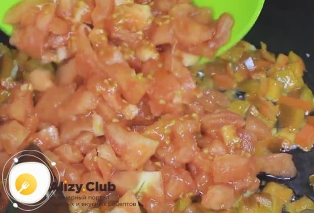 На сковороду добавляем нарезанные кубиком помидоры.
