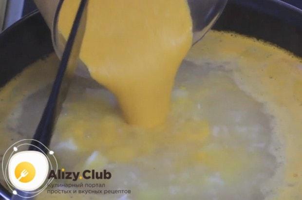 Обжаренные овощи измельчаем в блендере и выливаем получившуюся массу в суп.