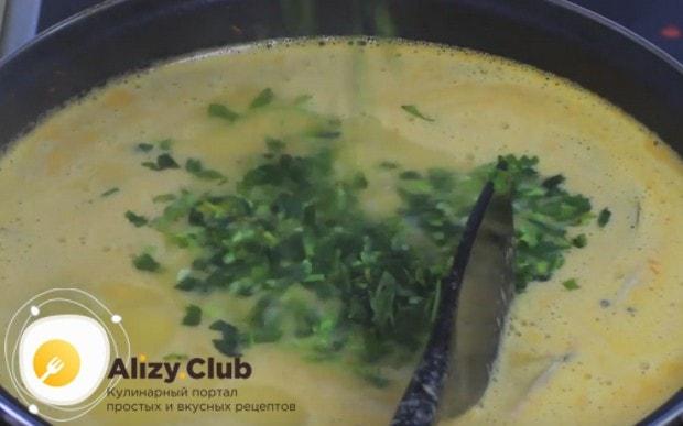 В самом конце варки добавляем в суп измельченную петрушку.