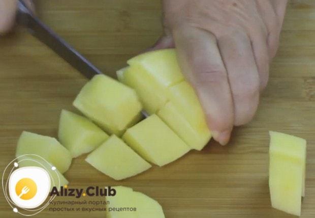 Чистим, моем и кубиком режем картофель.