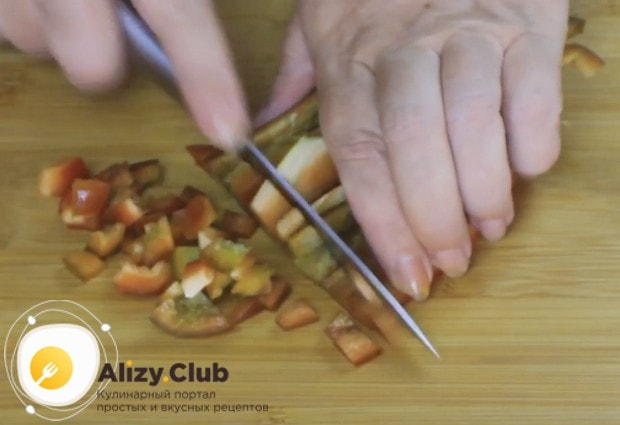 Мелко нарезаем болгарский перец, очищенный от семян.