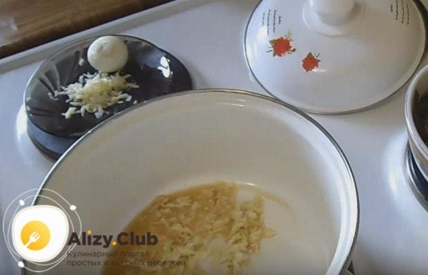 В разогревшееся масло выкладываем чеснок и обжариваем.