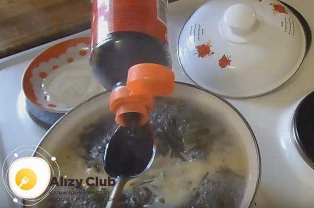 Добавляем в блюдо соевый соус.