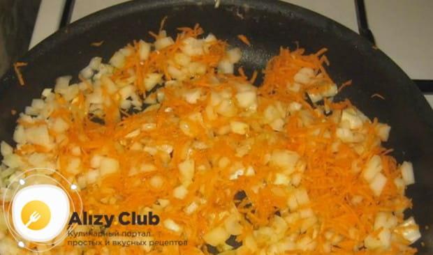 Готовим зажарку из моркови и лука.