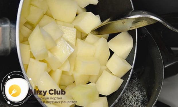 Кипятим воду или бульон и выкладываем в нее нарезанный кусочками картофель.