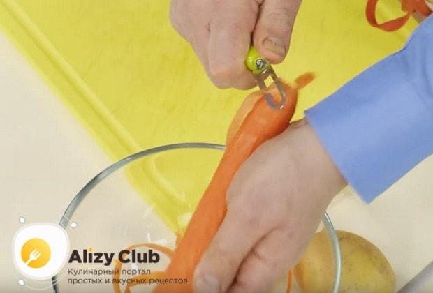 Моем и очищаем картофель и морковь.