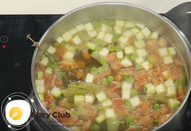 Добавляем в блюдо веточку тимьяна, а также лавровый лист.
