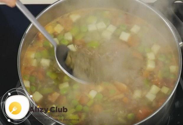 Заправляем суп соусом песто.