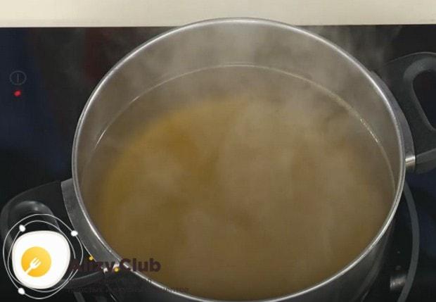 Ставим на плиту бульон и доводим его до легкого кипения.