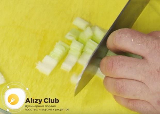 Очищенный сельдерей режем кубиком.