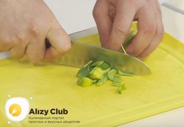 нарезаем порей такими же кусочками, как остальные овощи, и отправляем в кастрюлю.