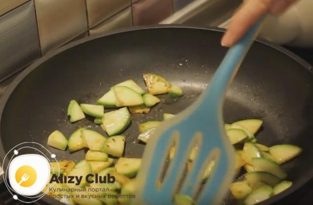 Разогрев сковороду, обжариваем кабаки с добавлением сливочного масла.