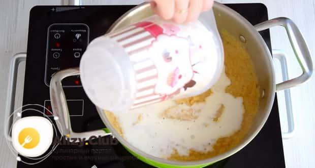 Для приготовления супа пюре из цветной капусты, добавьте сливки.