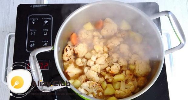 Для приготовления супа пюре из цветной капусты, добавьте капусту.