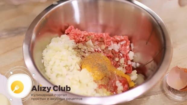 Для приготовления супа с фрикадельками и рисом приготовьте фарш.