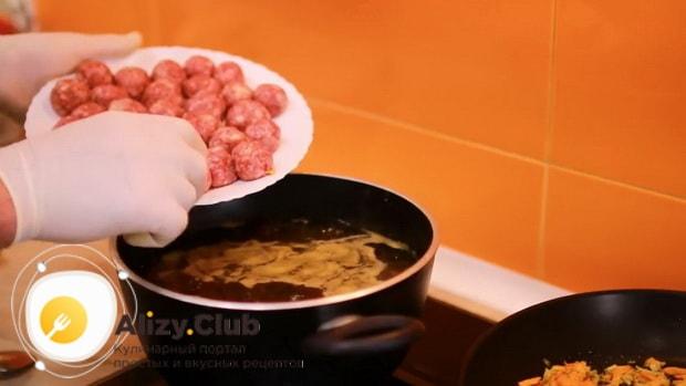Для приготовления супа с фрикадельками и рисом соедините все ингредиенты в кастрюле.