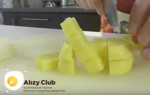 Измельчаем лук и нарезаем маленькими кусочками картошку.