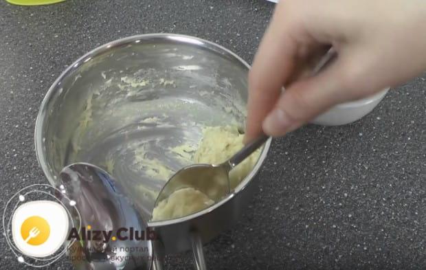 Чтобы сформировать галушки, ложки надо окунуть в холодную воду.