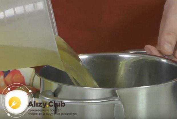 В кастрюлю наливаем бульон и ставим вариться.
