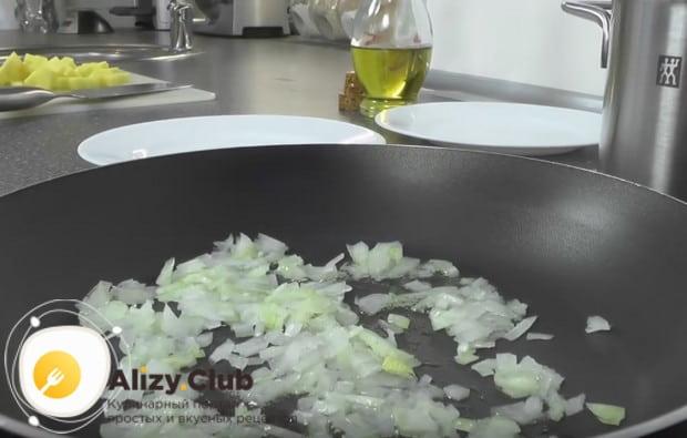 Разогрев сковороду с растительным маслом, выкладываем на нее лук.