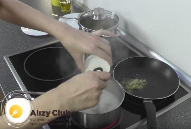Пока картофель варится, кипятим в кастрюльке воду и высыпаем в нее муку, быстро перемешивая венчиком.