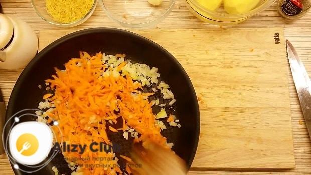 Очистите и мелко нарубите 1 луковицу