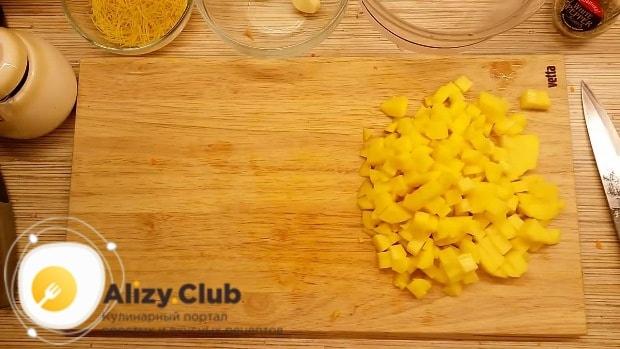 Очистите и нарежьте небольшими кубиками 3 картофелины
