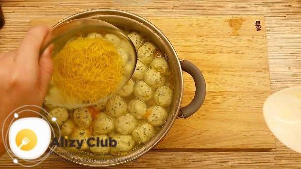 Добавьте в суп 30 г тонкой вермишели
